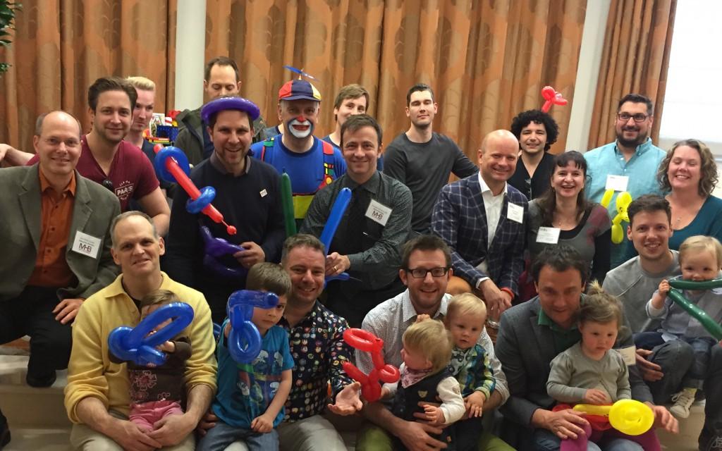 Niektorí z účastníkov a vystupujúcich na konferencii O možnostiach rodičovstva pre európskych gejov v Bruseli