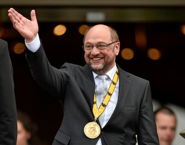 Na snímke predseda Európskeho parlamentu Martin Schulz máva po prevzatí Ceny Karola Veľkého, ktorú od roku 1950 udeľujú osobnostiam a inštitúciám za zásluhy o zjednotenie Európy