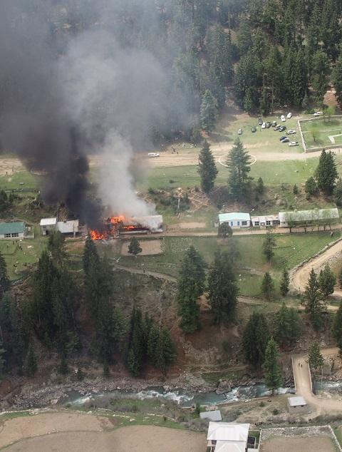 Na leteckej snímke horiaca budova v armádnej škole, kde sa nachádzajú trosky pakistanského vojenského vrtuľníka v Nalter Valey v administratívnej oblasti Gilgit-Baltistán