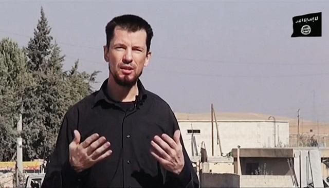 Na nedatovanej snímke z videa zverejenej 28. októbra 2014 britský rukojemník John Cantlie, zadržiavaný militantmi organizácie Islamský šštát