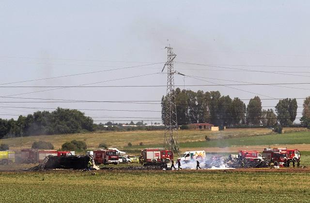 Na snímke záchranári zasahujú na mieste havárie