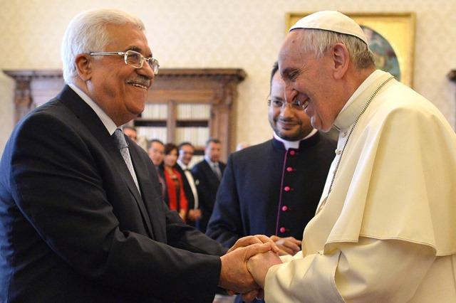 Na snímke pápež František (vpravo) víta palestínskeho prezidenta Mahmúda Abbása na súkromnej audiencii vo Vatikáne