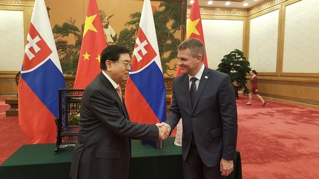 Na snímke vpravo predseda Národnej rady SR Peter Pellegrini a vľavo jeho čínsky partner a predseda Stáleho výboru čínskeho Národného ľudového zhromaždenie Čang Te-ťiang