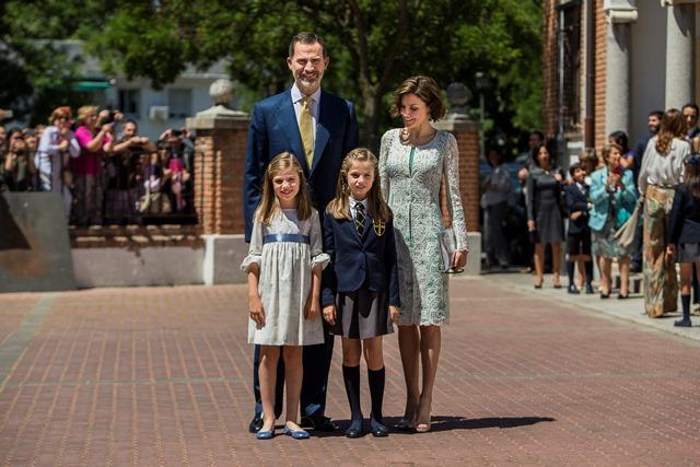 Na snímke španielsky kráľ Filip VI. (vľavo v pozadí), kráľovná Letizia (vpravo v pozadí) ich dcéry - princezná Sofia (vľavo) a korunná princezná Leonor (vpravo)