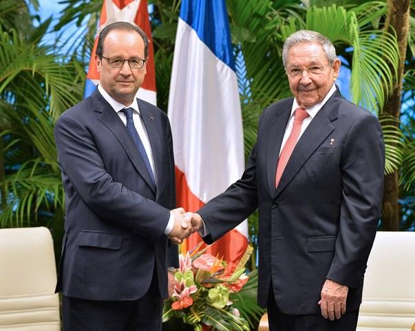 Na snímke  francúzsky prezident Francois Hollande (vľavo) si podáva ruku so svojím kubánskym partnerom Raúlom Castrom