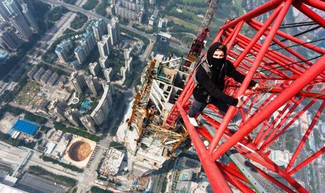 Blázniví rooferi vyliezli na druhú najvyššiu budovu sveta Shenzhen Center