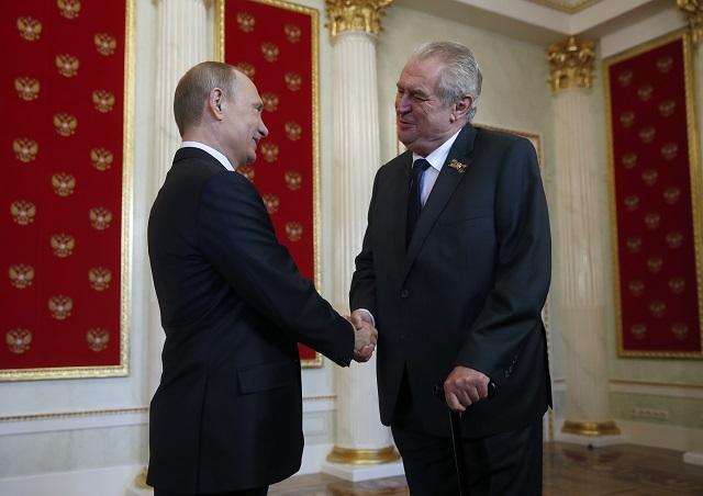 Na snímke ruský prezident Vladimir Putin (vľavo) a český prezident Miloš Zeman