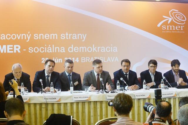 Na snímke zľava podpredsedovia Smeru-SD Dušan Čaplovič, Peter Pellegrini, predseda strany Robert Fico, podpredsedovia Smeru-SD Pavol Paška, Marek Maďarič a Robert Kaliňák