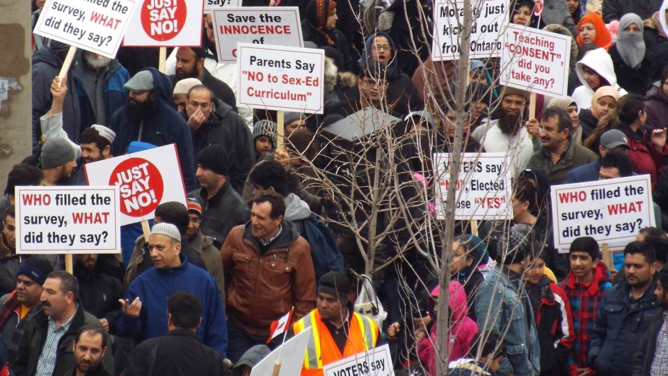 Rodičia s deťmi na proteste v Thorncliffe Park, kde zaznamenali 90% absenciu na škole