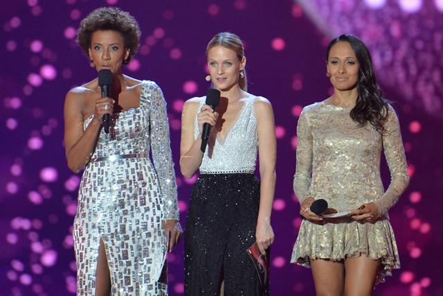 Na snímke moderátorky zľava Arabella Kiesbauerová, Mirjam Weichselbraunová a Alice Tumlerová vítajú divákov na druhom semifinálovom kole Eurovíznej pesničkovej súťaže