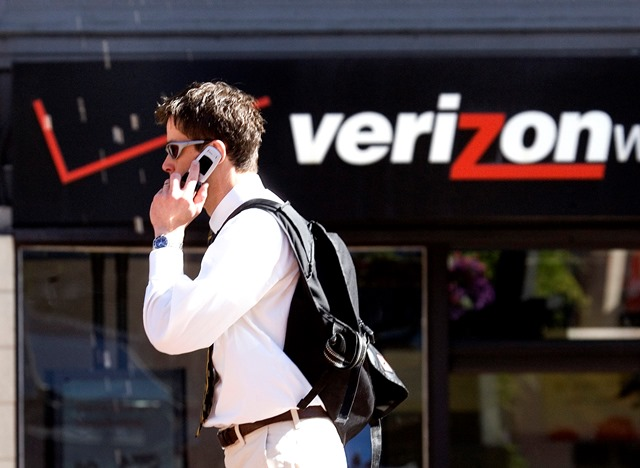 Na snímke muž kráča okolo obchodu Verizon v Portlande
