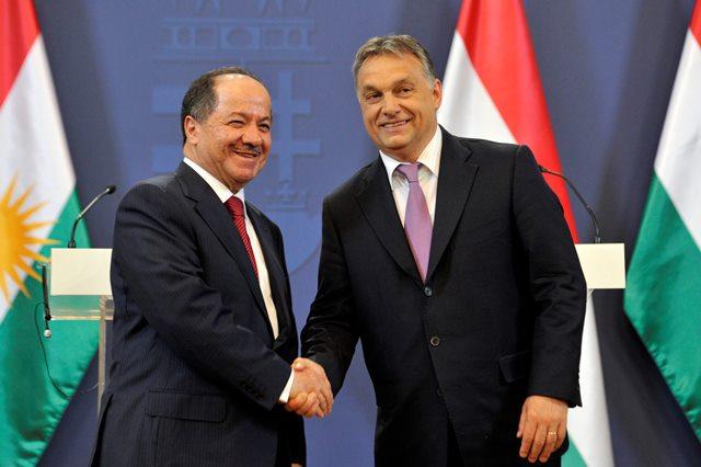 Na snímke vpravo predseda maďarskej vlády Viktor Orbán po tlačovej konferencii po rokovaní s prezidentom irackého Kurdistanu Masúdom Barzáním (vľavo)