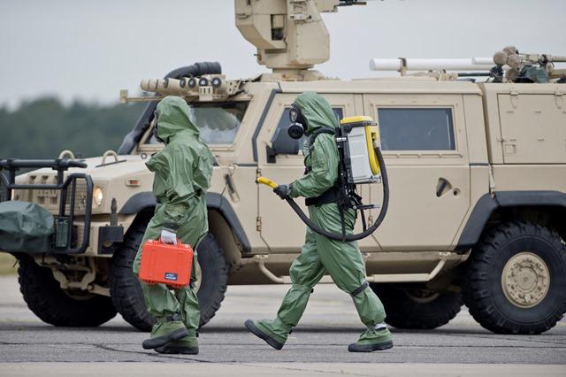 Na snímke protichemické a protiradiačné jednotky pri kontrole prostredia počas cvičenia Zelená vlna 2015