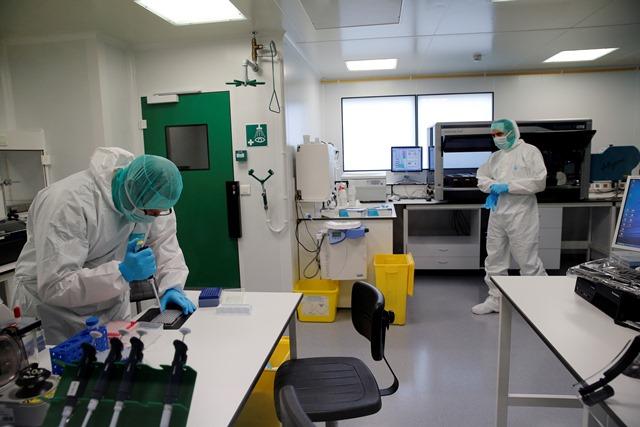Na snímke forenzní experti skúmajú DNA, ktoré odobrali z časti tiel obetí pádu lietadla nemeckej spoločnosti Germanwings