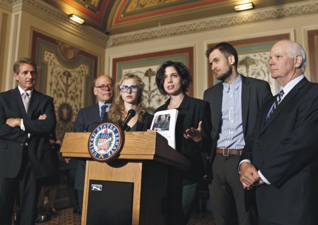 Na archívnej snímke ruské politické aktivistky a členky ruskej punkovej skupiny Pussy Riot Nadežda Tolokonnikovová (uprostred vpravo) a Marija Aľochinová (uprostred vľavo) s americkými senátormi počas vyhlásenia v americkom Kapitole vo Washingtone