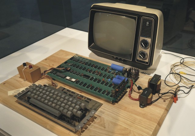 Na snímke z 24. júna 2013 je prístroj známy ako typ Apple-1 v Múzeu histórie počítačov v Menlo Park v Kalifornii. Apple-1 bol jedným z prvých počítačov svojho druhu na svete a zároveň prvým komerčným produktom firmy Apple