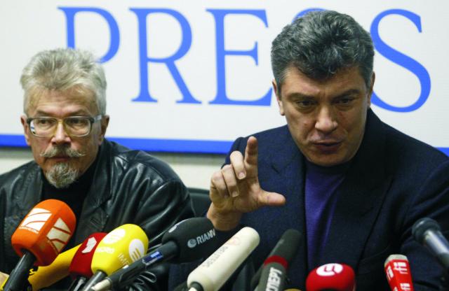 Na archívnej snímke ruskí opoziční lídri Boris Nemcov (vpravo) a Eduard Limonov