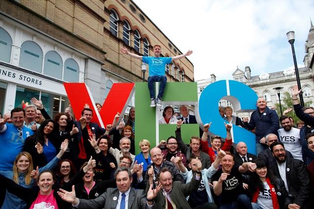 Na snímke predstavitelia referendovej kampane Áno rovnosti  sa zhromažďujú v centre Dublinu