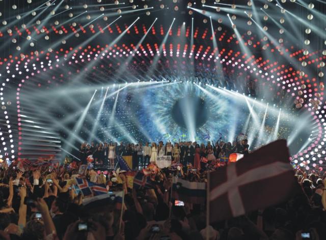 Na snímke stoja súťažiaci na pódiu počas druhého semifinálového kola Eurovíznej pesničkovej súťaže v Mestskej hale vo Viedni 21. mája 2015