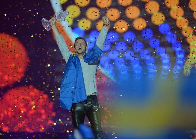 Na snímke Mans Zelmerlöw zo Švédska sa raduje s trofejou po víťazstve vo finále súťaže Eurovision Song Contest s pesničkou Heroe