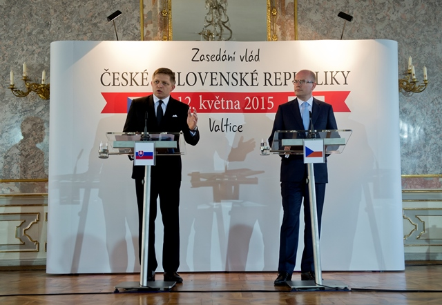 Na snímke slovenský premiér Robert Fico (vľavo) a český premiér Bohuslav Sobotka