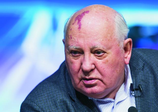 Na archívnej snímke Michail Gorbačov