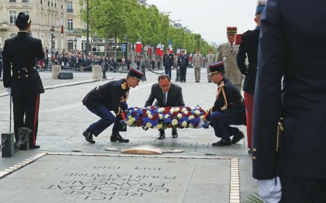Francúzsky prezident Francois Hollande kladie veniec k Hrobu neznámeho vojaka pod Víťazným oblúkom počas osláv 70. výročia konca II. svetovej vojny v Paríži 8. mája 2015
