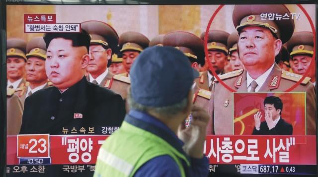 Muž sleduje na televíznej obrazovke severokórejského ministra obrany Hjon Jong-čchola (vpravo), ktorý bol okolo 30. apríla zastrelený popravnou čatou