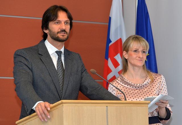Na snímke podpredseda vlády a minister vnútra SR Robert Kaliňák s poradkyňou pre elektronický kontraktačný systém (EKS) Tatianou Behrovou