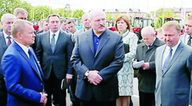 Na snímke uprostred Alexander Lukašenko