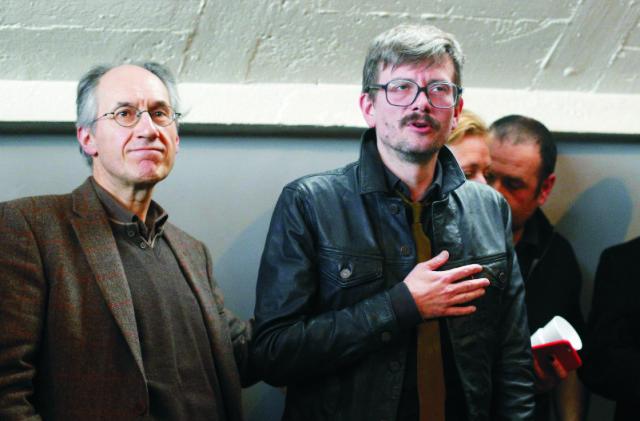 Na archívnej snímke šéfredaktor satirického týždenníka Charlie Hebdo, Gérard Biard (vľavo) a karikaturista Renald Luzier, známy ako Luz počas tlačovej konferencie v Paríži
