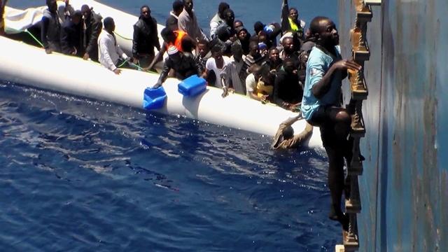 Na snímke záchrana afrických imigrantov