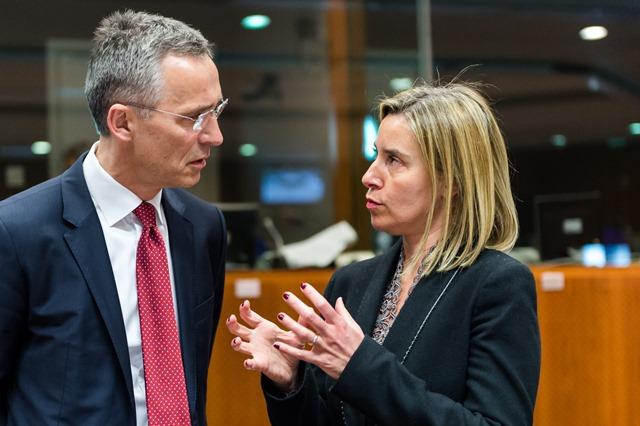 Na snímke generálny tajomník NATO Jens Stoltenberg a šéfka európskej diplomacie Federica Mogheriniová
