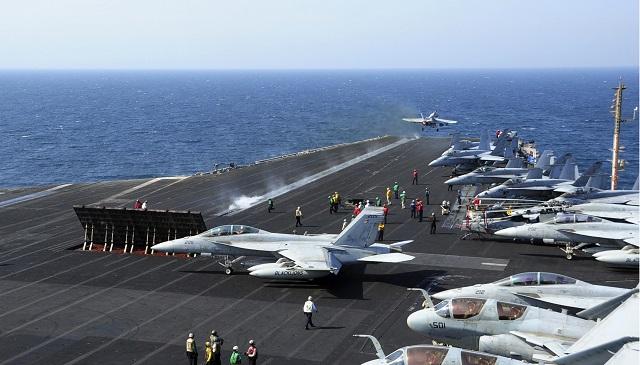 Lietadlá F/A-18E Super Hornet amerického námorníctva štartujú v Perzskom zálive z lietadlovej lode USS George H.W. Bush