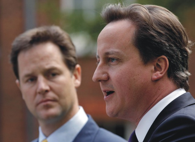 Na snímke David Cameron (vpravo) a Nick Clegg
