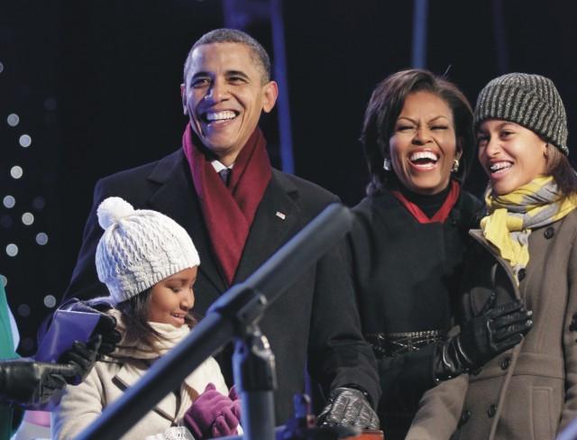 Na snímke Barack Obama druhá vľavo je prvá dáma USA Michelle Obamová, dcéra Malia a Sasha (druhá sprava)