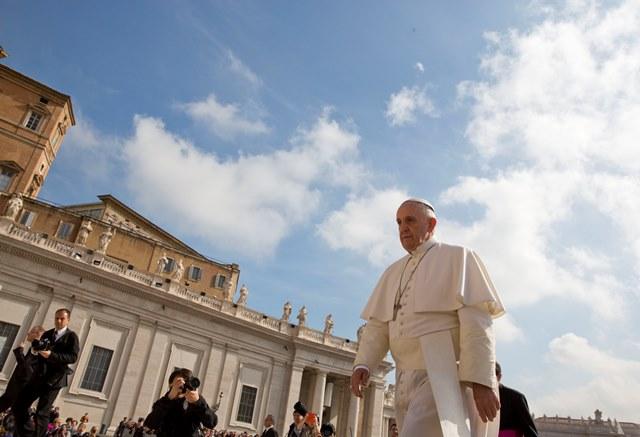 Na snímke pápež František prichádza na pravidelnú generálnu audienciu na Námestí sv. Petra vo Vatikáne