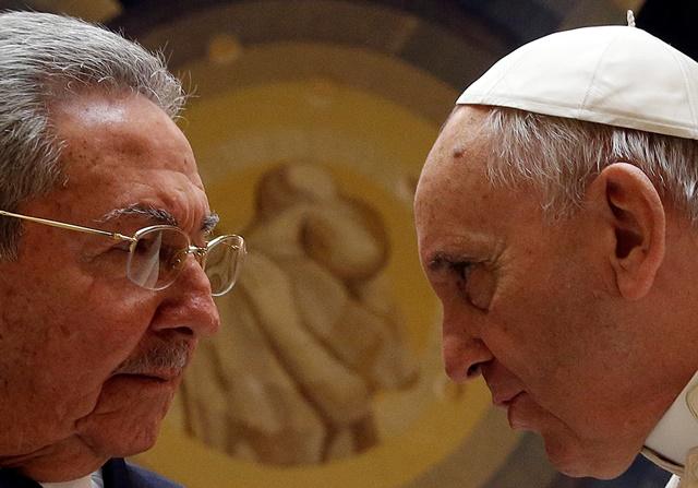 Na snímke pápež František a kubánsky prezident Raúl Castro