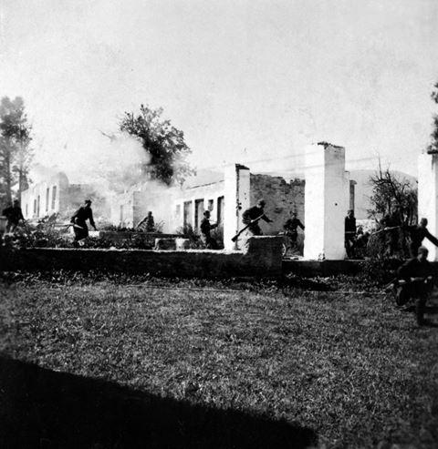 Na snímke z roku 1945 v Košútoch útok partizánov