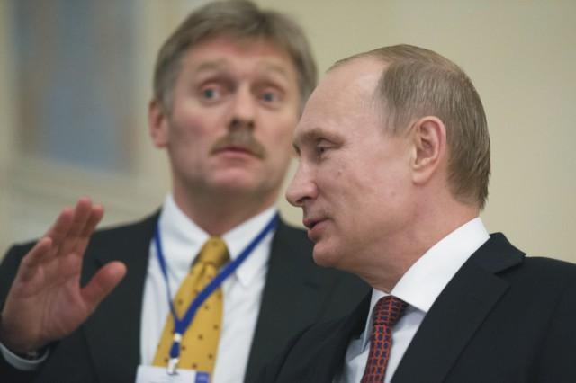 Na archívnej snímke v popredí Vladimir Putin a Dmitrij Peskov