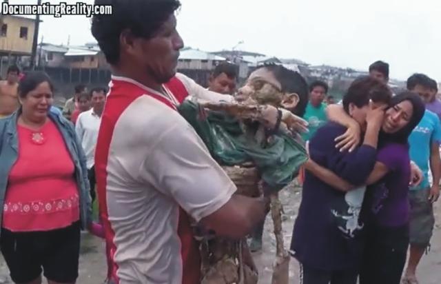 Záber z videa. Chlapca napadli dravé ryby pirane