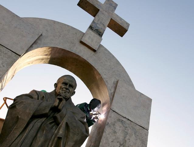 Socha Jána Pavla II, ktorú bude musieť mesto odstrániť, kvôli krížu