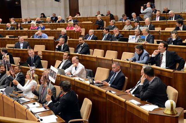 Na snímke plénum parlamentu počas rokovania