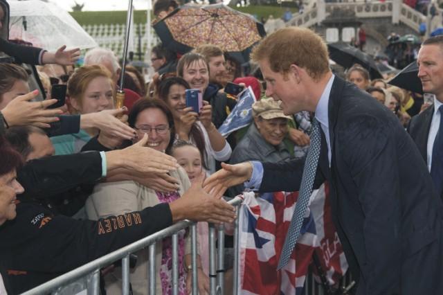 Britský princ Harry (vpravo) si podáva ruku s verejnosťou počas jeho návštevy v novozélandskom Whanganui