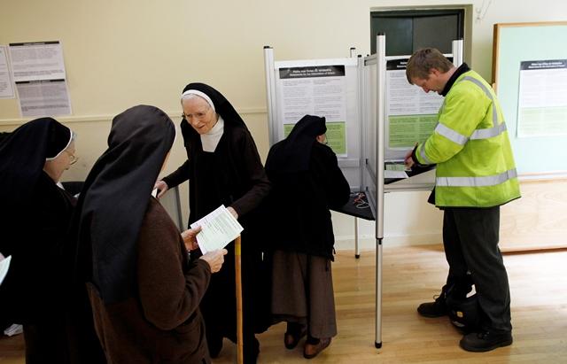 Na snímke mníšky karmelitánskeho rádu si pripravujú referendové lístky vo volebnej miestnosti v írskom meste Malahide