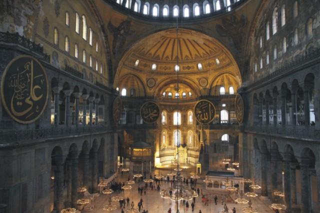 Na snímke interiér chrámu Hagia Sofia v tureckom Istanbule