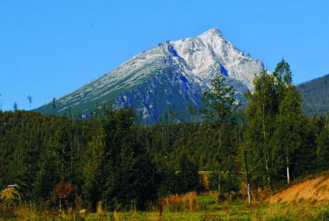 Na snímke pohľad na zasnežený masív Slavkovského štítu vo Vysokých Tatrách z Tatranskej Lomnice