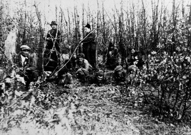 Na snímke skupina partizánov