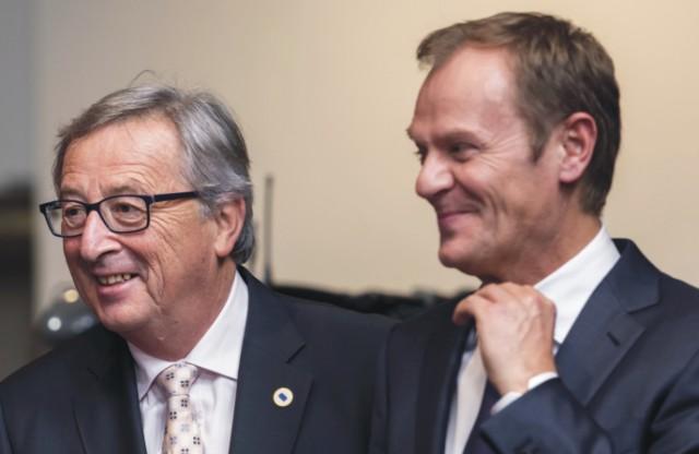Na snímke Donald Tusk (vpravo) a Jean-Claude Juncker