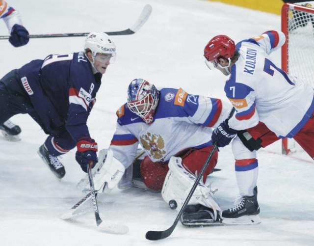 Americký hráč Jack Eichel (vľavo) sa pokúša strieľať cez ruského brankára Sergeja Bobrovského (v strede) a Rusa Dmitrija Kulikova (vpravo) v semifinále zápasu USA - Rusko na MS v hokeji 2015 v Prahe